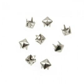 Studs Piramide 4mm Zilver